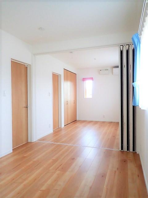 小上がりの畳コーナーと間接照明で癒し空間のあるお家 (洋室)
