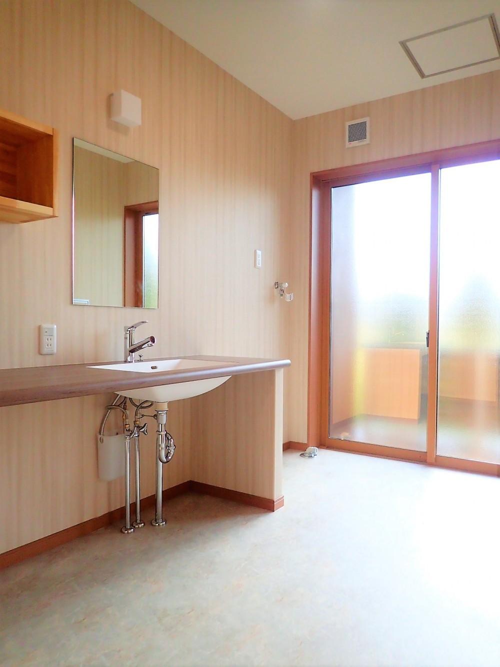 無垢桧をふんだんに使ったお風呂で木の香りに包まれた保養所 (洗面室)