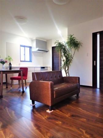 カバザクラの無垢材を使用した温もりのある半独立型二世帯住宅 (2階LDK【子世帯】)