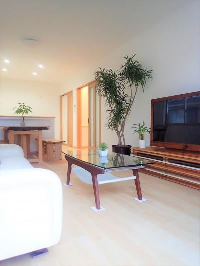カバザクラの無垢材を使用した温もりのある半独立型二世帯住宅 (1階洋室~和室【親世帯】)