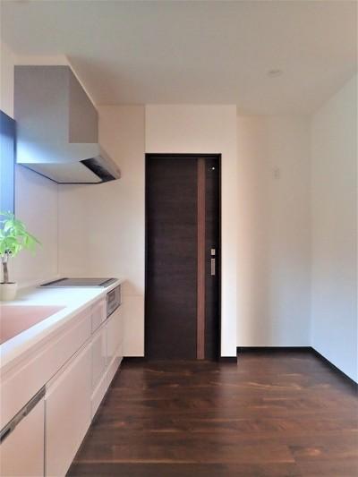 カバザクラの無垢材を使用した温もりのある半独立型二世帯住宅 (2階キッチン【子世帯】)