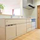 カバザクラの無垢材を使用した温もりのある半独立型二世帯住宅の写真 1階キッチン【親世帯】
