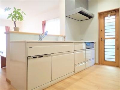 カバザクラの無垢材を使用した温もりのある半独立型二世帯住宅 (1階キッチン【親世帯】)