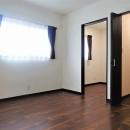 カバザクラの無垢材を使用した温もりのある半独立型二世帯住宅の写真 2階寝室【子世帯】