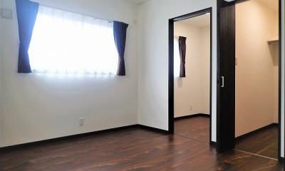 カバザクラの無垢材を使用した温もりのある半独立型二世帯住宅 (2階寝室【子世帯】)