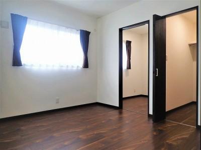2階寝室【子世帯】 (カバザクラの無垢材を使用した温もりのある半独立型二世帯住宅)
