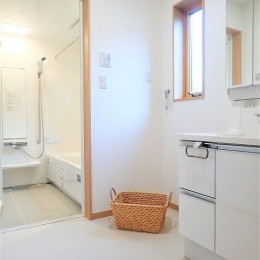 カバザクラの無垢材を使用した温もりのある半独立型二世帯住宅 (1階洗面室【親世帯】)