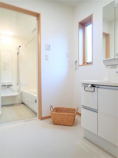 1階洗面室【親世帯】 (カバザクラの無垢材を使用した温もりのある半独立型二世帯住宅)