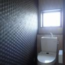 カバザクラの無垢材を使用した温もりのある半独立型二世帯住宅の写真 2階トイレ