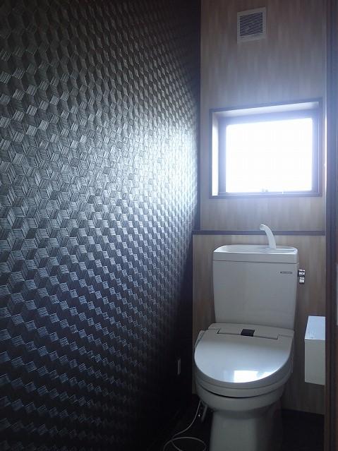 カバザクラの無垢材を使用した温もりのある半独立型二世帯住宅 (2階トイレ)