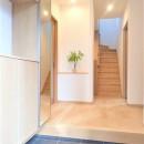 カバザクラの無垢材を使用した温もりのある半独立型二世帯住宅の写真 玄関ホール【親・子世帯共用】