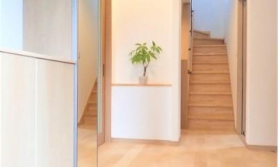 カバザクラの無垢材を使用した温もりのある半独立型二世帯住宅 (玄関ホール【親・子世帯共用】)