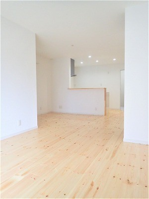 白で統一されたシンプルでコンパクトなお家 (LDK)