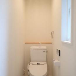 白で統一されたシンプルでコンパクトなお家 (トイレ)