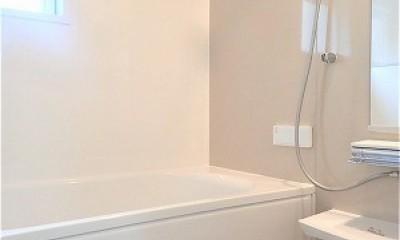 白で統一されたシンプルでコンパクトなお家 (浴室)