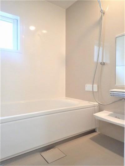 浴室 (白で統一されたシンプルでコンパクトなお家)