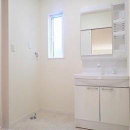 白で統一されたシンプルでコンパクトなお家 (洗面室)