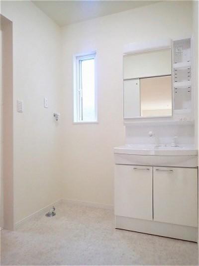 洗面室 (白で統一されたシンプルでコンパクトなお家)