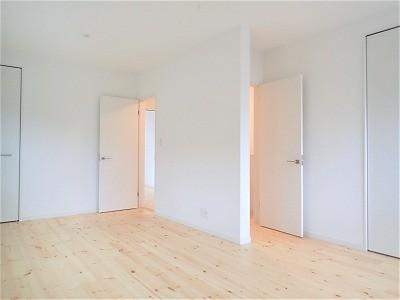白で統一されたシンプルでコンパクトなお家 (子供室)