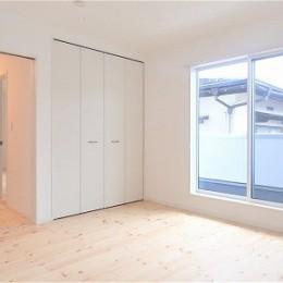 白で統一されたシンプルでコンパクトなお家 (寝室)
