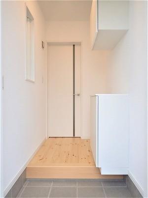 白で統一されたシンプルでコンパクトなお家 (玄関ホール)