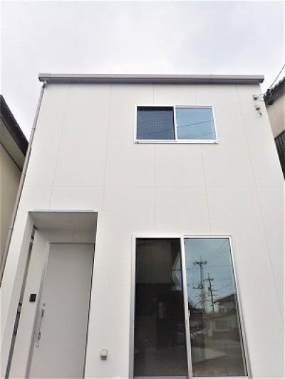 白で統一されたシンプルでコンパクトなお家 (外観)
