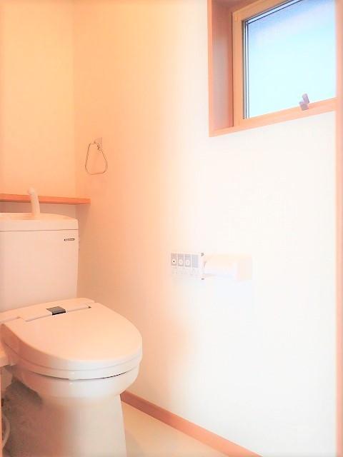 開放的なリビングで家族との団欒の時間を過ごせるお家 (トイレ)