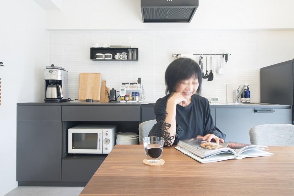 素材と質感にこだわった表情豊かな空間 (キッチン)