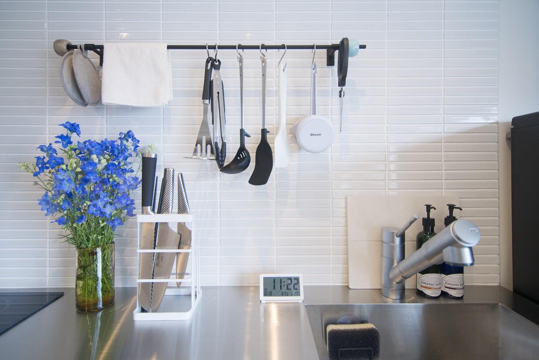 リビングダイニング事例:キッチンタイル(素材と質感にこだわった表情豊かな空間)