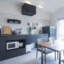 素材と質感にこだわった表情豊かな空間の写真 キッチン