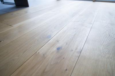 床 (素材と質感にこだわった表情豊かな空間)