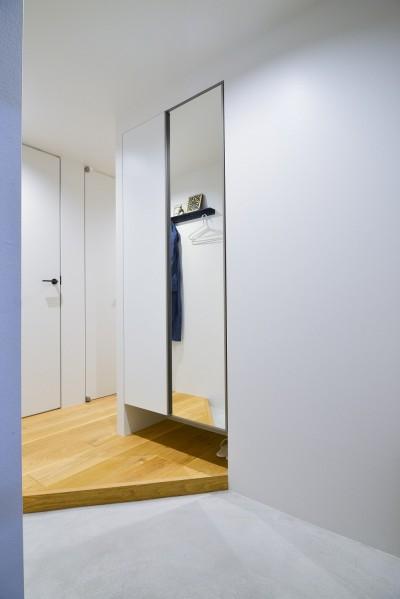 玄関 (素材と質感にこだわった表情豊かな空間)