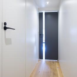 素材と質感にこだわった表情豊かな空間 (廊下)