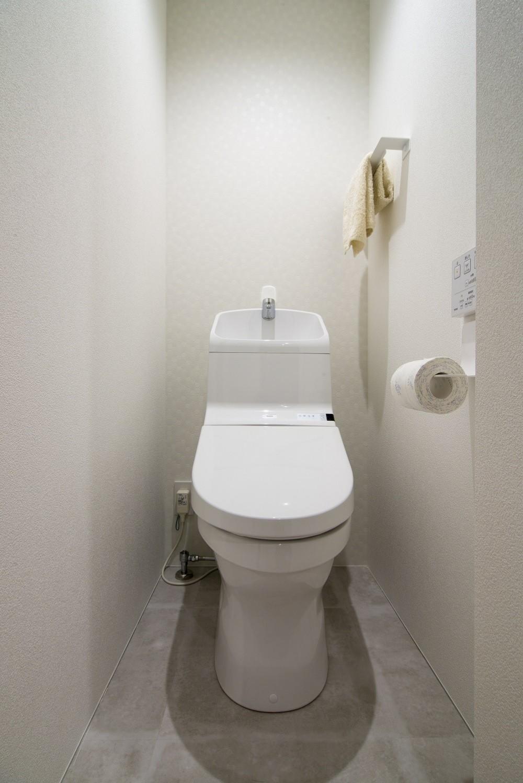 素材と質感にこだわった表情豊かな空間 (トイレ)