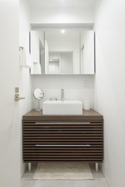 洗面室 (お気に入りの家具に囲まれながら)