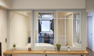 コンパクトな空間を無駄なく活用して快適に (室内窓)
