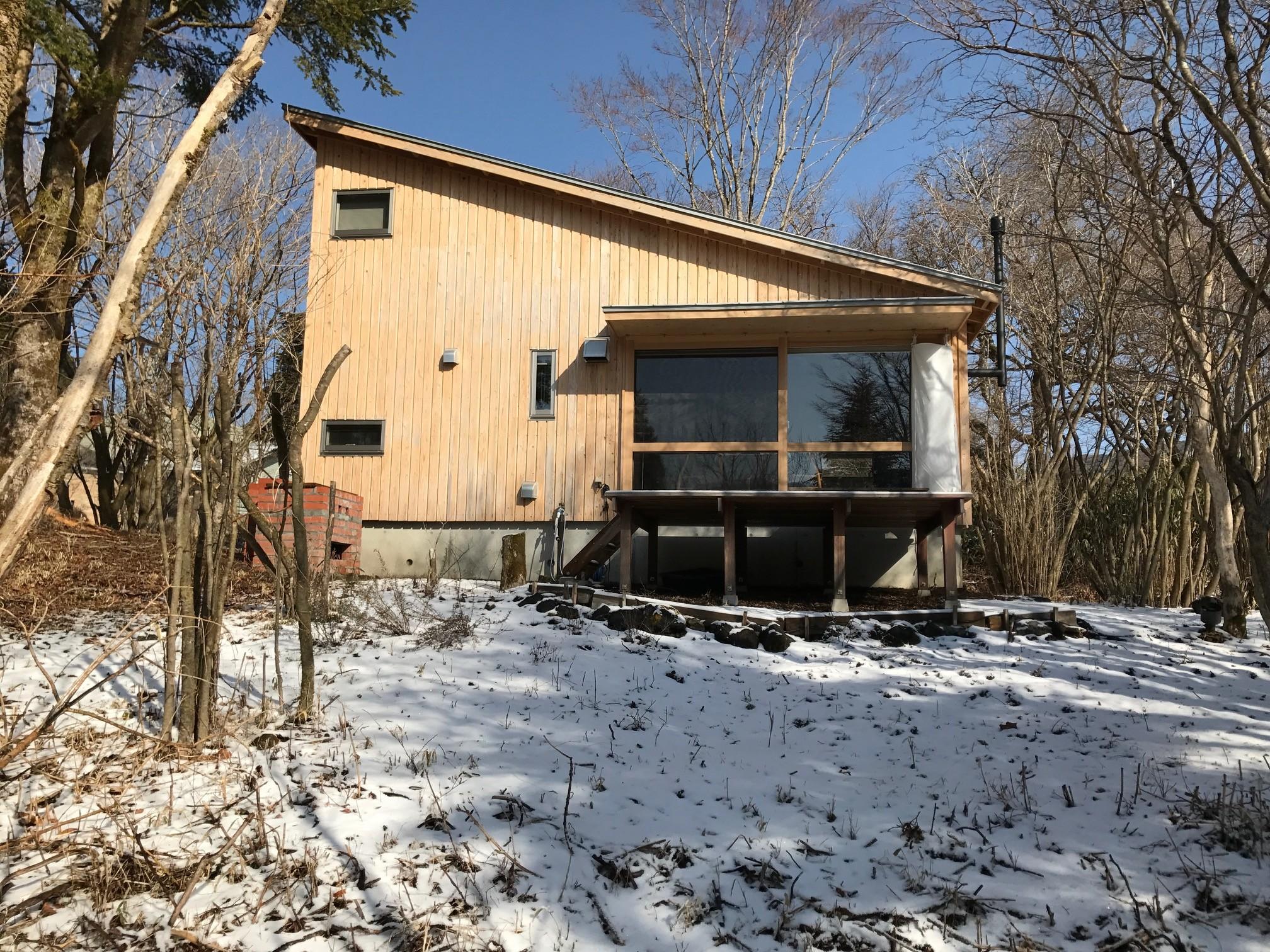 外観事例:ごたごた荘に雪が降る(OUR CABIN OUR DIY~直営、DIYで小屋をつくる~)