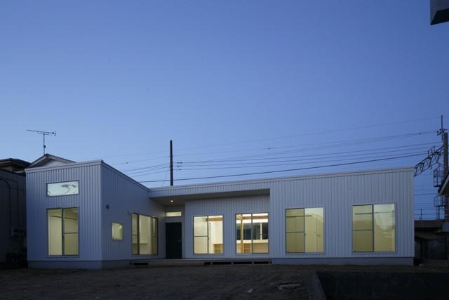 デッキを抱くL字屋根の家 (外観2)