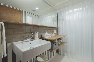 すっきりとしたシンプルな洗面所 (趣味がつまった、映画館のようなおもてなしの家)