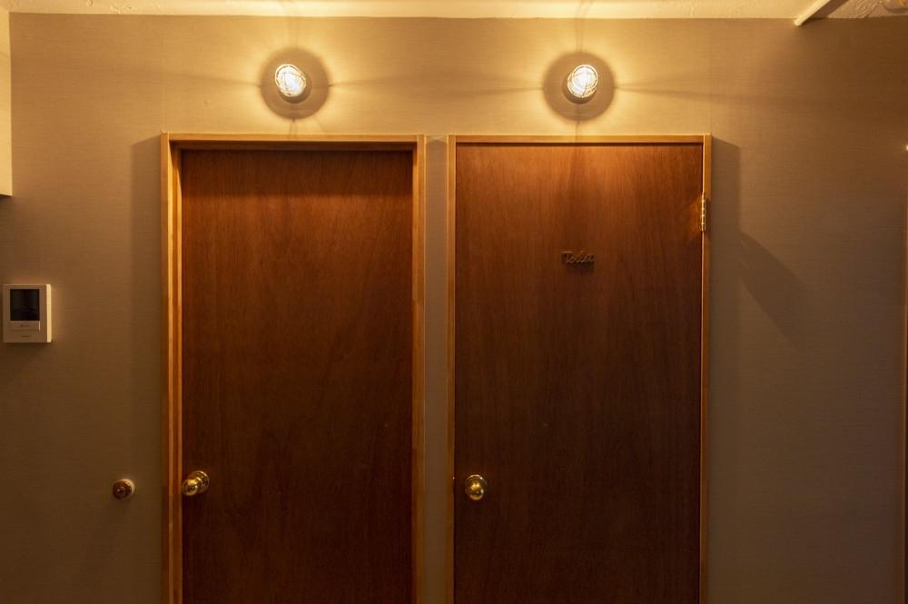 趣味がつまった、映画館のようなおもてなしの家 (ホテルのような照明とドア)