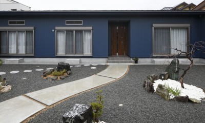 青い門形平屋の家