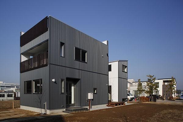 中庭と屋上とステージがある白と黒の家 (外観)
