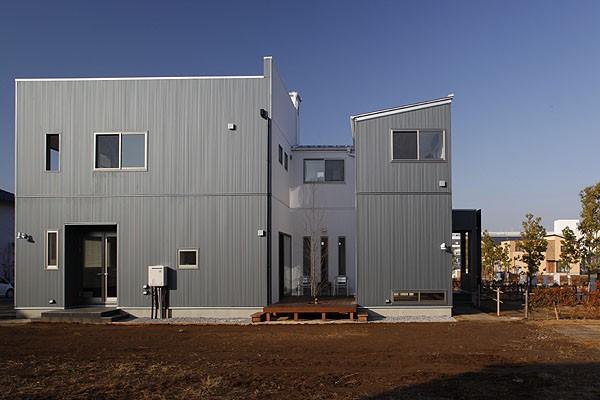 中庭と屋上とステージがある白と黒の家 (外観2)