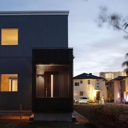 中庭と屋上とステージがある白と黒の家