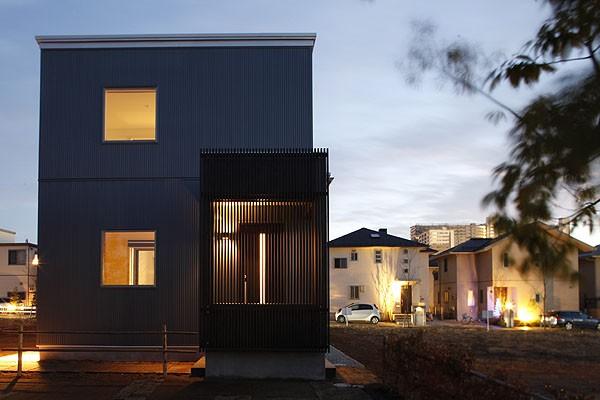 中庭と屋上とステージがある白と黒の家 (外観3)