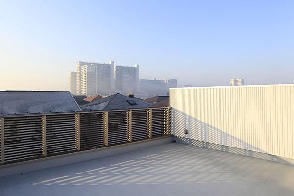 中庭と屋上とステージがある白と黒の家 (内観4)