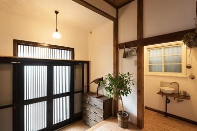 玄関 (時代の面影を残しつつ、使い勝手の良い空間へ)