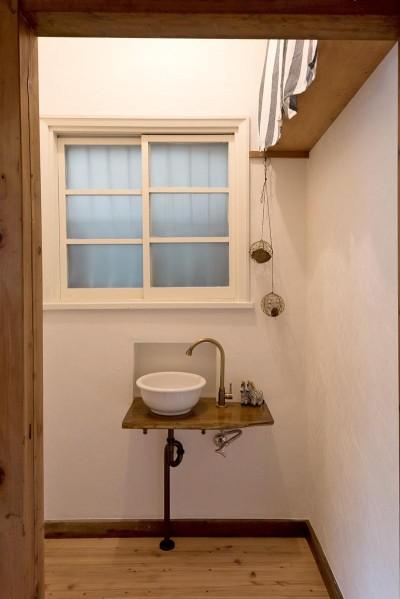 手洗い場 (時代の面影を残しつつ、使い勝手の良い空間へ)