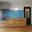 アクアタイルとチークの床が映える家の写真 キッチン