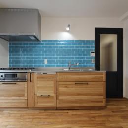 アクアタイルとチークの床が映える家 (キッチン)